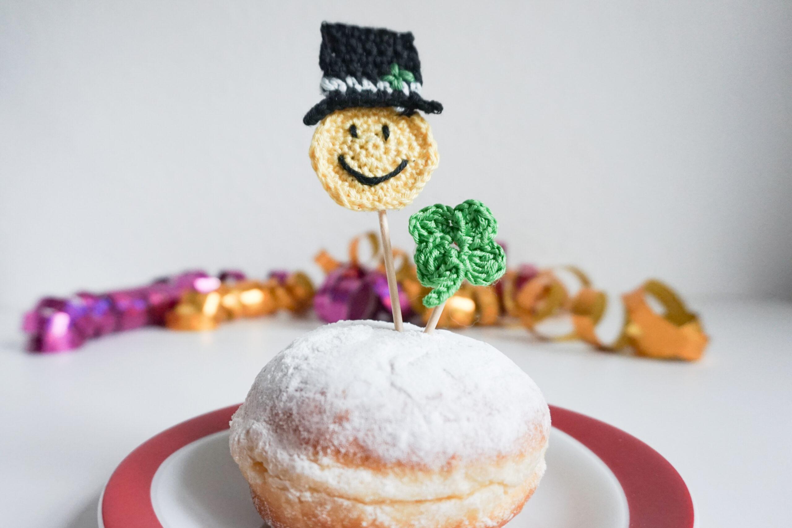 Gehäkelte Dekoration als Caketopper auf einem Pfannkuchen (Berliner)
