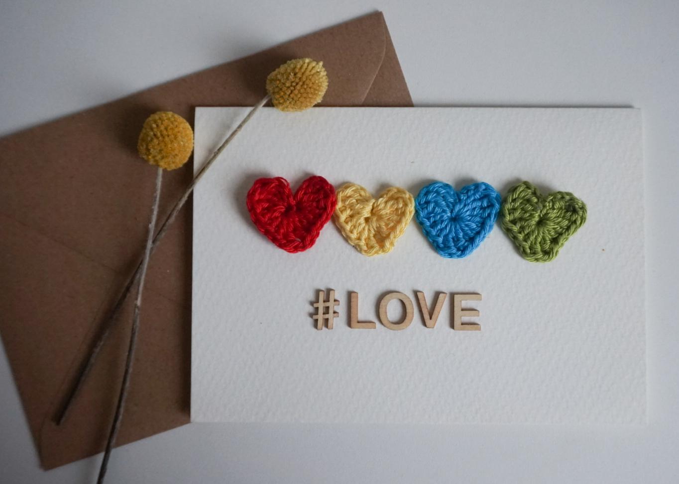 Karte mit gehäkelten Herzen zum Valentinstag