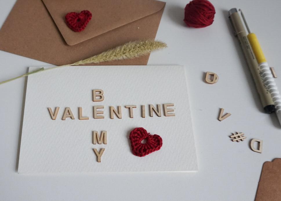 Karte mit gehäkelten Applikationen zum Valentinstag